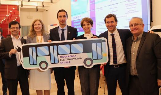 Ministro Juan Carlos Jobet, participó en convocatoria para desarrollar centro que acelera implementación de electromovilidad en Chile