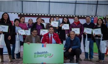Programa Con Buena Energía entregó ampolletas LED a 200 familias de la localidad El Durazno en la comuna de La...