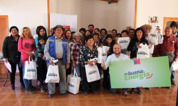 Familias de El Manzano reciben capacitación y ampolletas led para el ahorro de energía