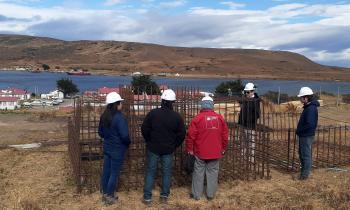De 18 a 24 horas diarias de electricidad pasará a tener la rural comuna de Río Verde, gracias a sistema eólico-diésel en actual fase de montaje