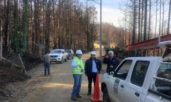 Autoridades de Energía inspeccionan estado de avance de construcción de nuevo tendido eléctrico en secano cost...